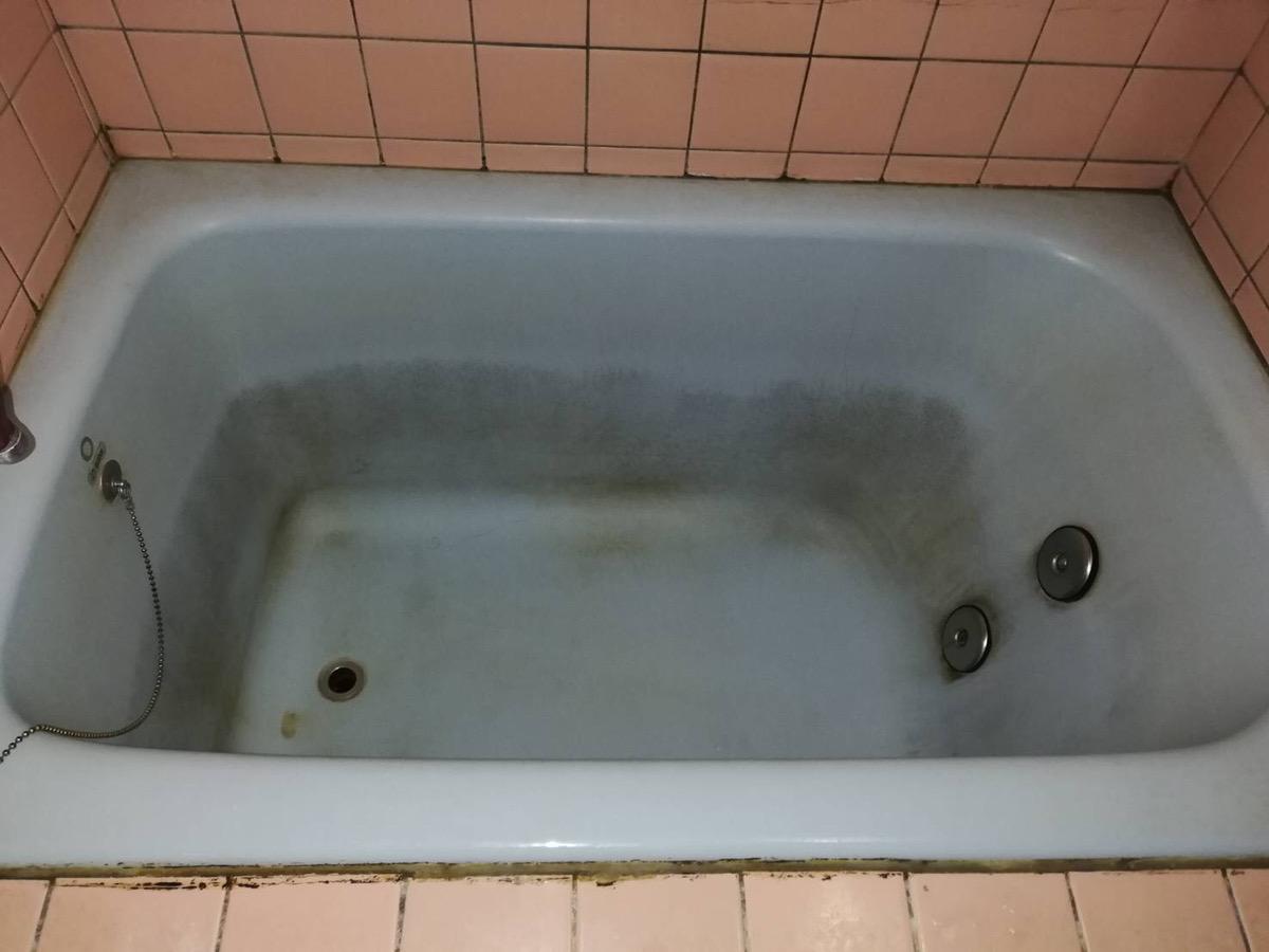 浴槽の黒ずみをなんとかしてキレイにしてほしい!Before