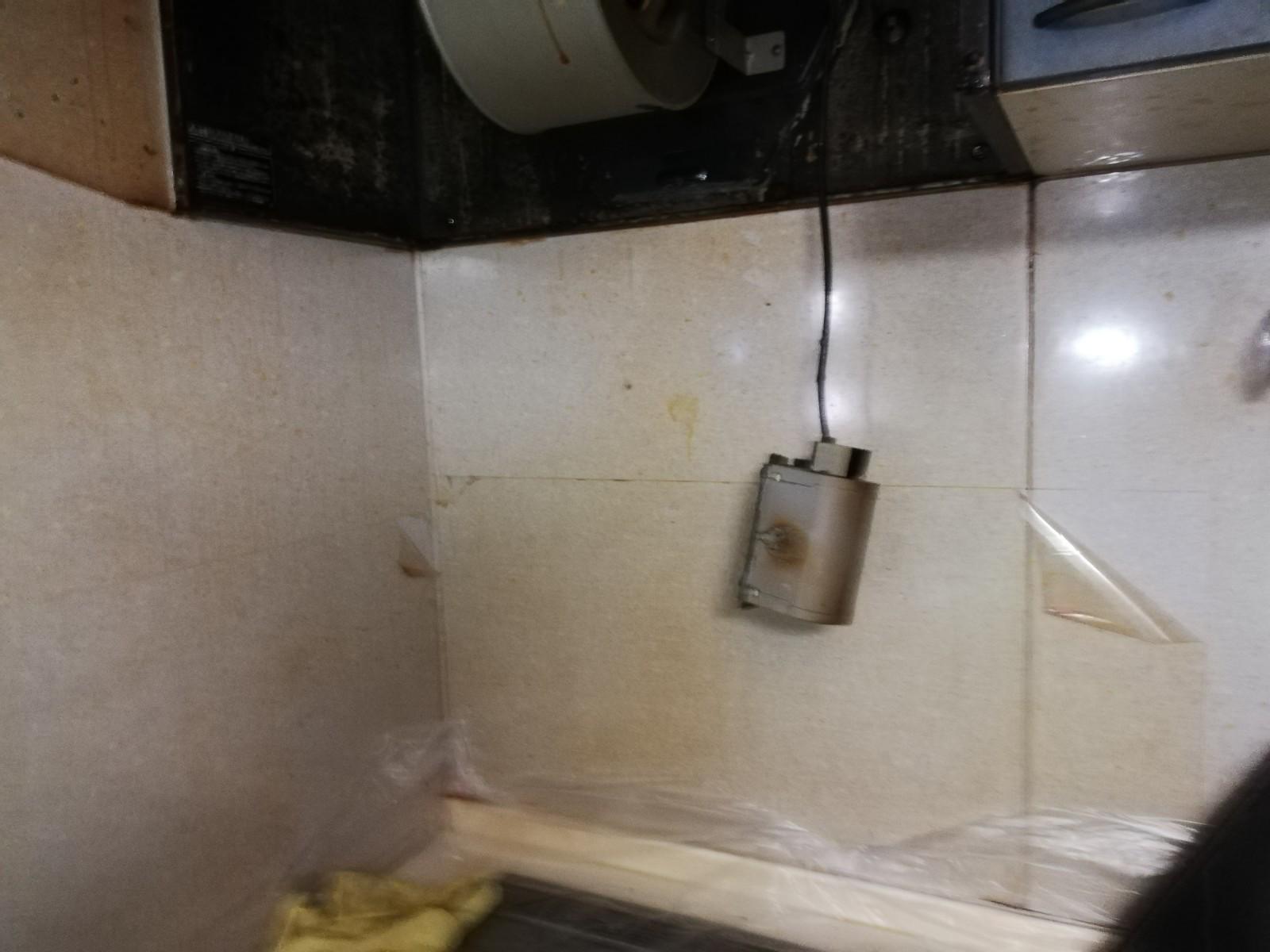 キッチン周りの壁がベタベタで汚れが取れない!スッキリしてほしい!Before